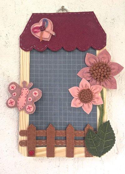 lavagna in ardesia, targa fuoriporta, casetta con fiori e farfalla