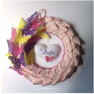 Ghirlanda rosa con farfalle e cuore ricamato nome bimba