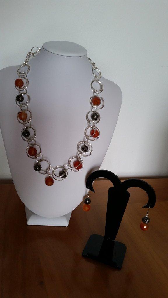 Parure di collana a catena doppia e orecchini abbinati con pietre di corniola e perline metalliche traforate