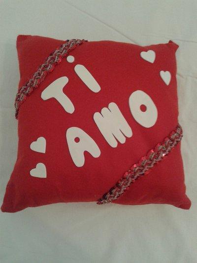 """Cuscino quadrato con scritto """"ti amo"""""""
