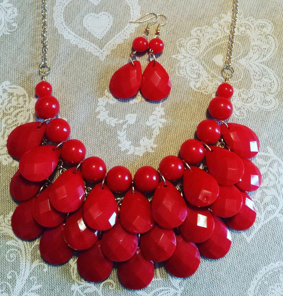 Parure orecchini e collana con perline rosse rotonde e a goccia