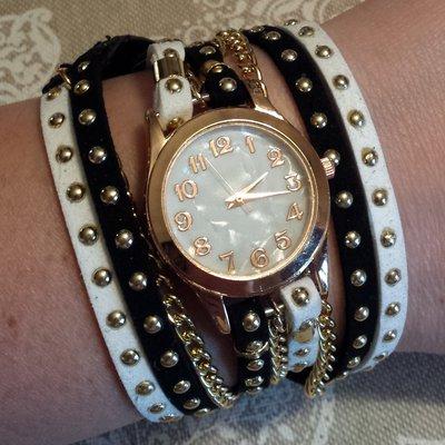 Orologio bracciale bianco e nero con borchie e catena dorata