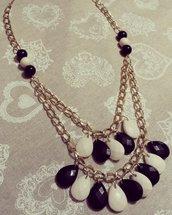 Collana lunga con catena dorata e perle bianche e nere