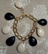 Bracciale catena dorata con perle goccia bianco e nero