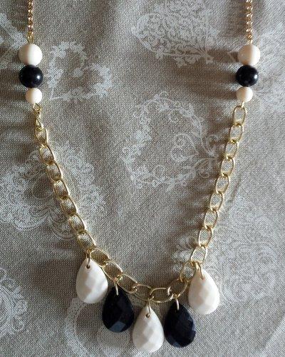 Collana catena dorata con perle goccia bianco e nero