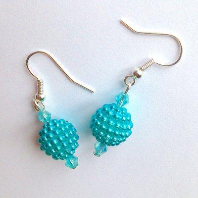 Orecchini pendenti corti con perline azzurre fatti a mano