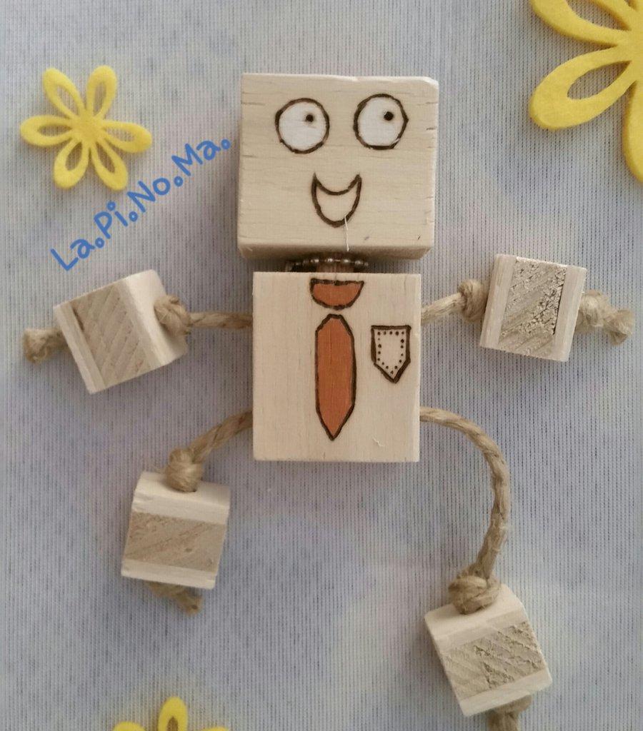 Robot in legno pirografato