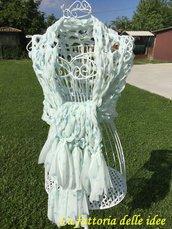 Stola in fettuccia di chiffon bianca con fiorellini azzurri