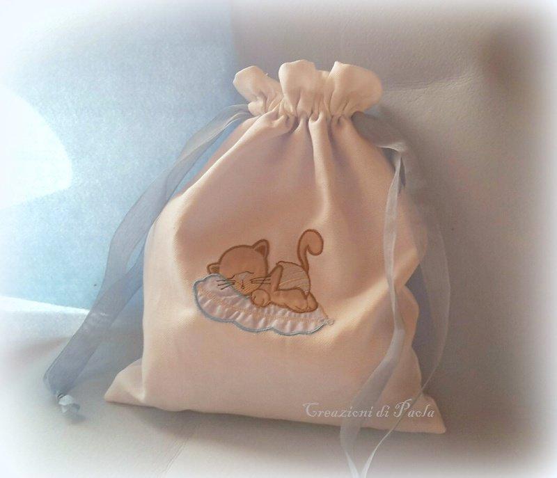 Sacchetto in lino bianco con ricamo gattino che dorme
