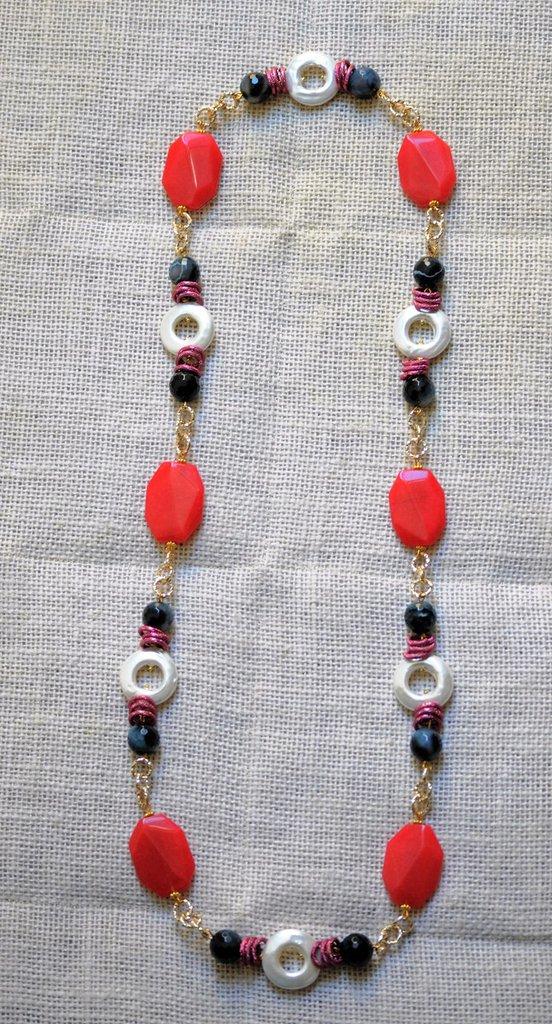 Collana lunga con perle barocche, agata bicolore, resina e catena alluminio