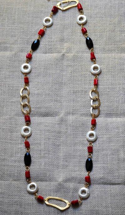 Collana lunga con perle barocche, corallo bamboo, onice, ottone e alluminio