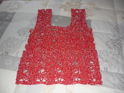 Top in morbido cotone rosso con puntini di vari colori realizzato a mano