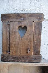 Finestra in legno con porticina