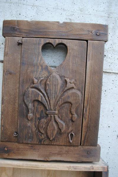 Finestra in legno intagliata