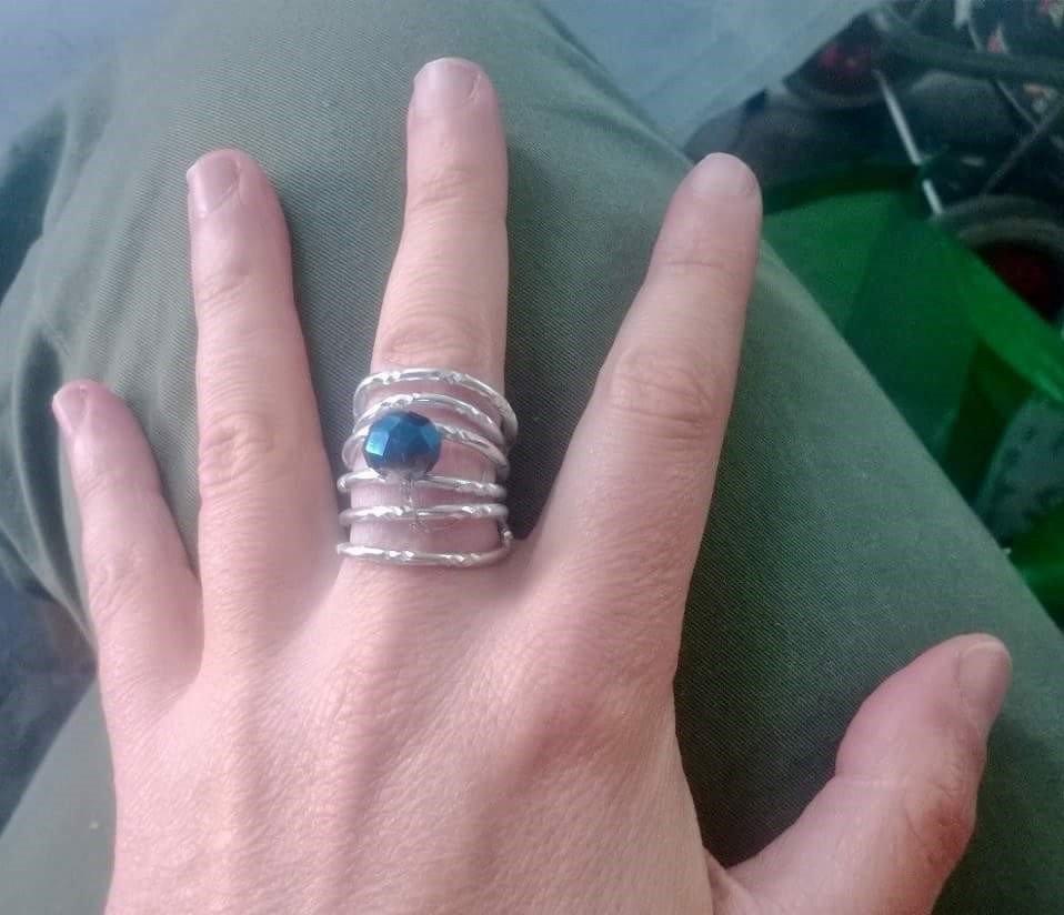 anello in filo di alluminio con pietra blu