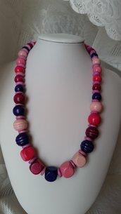 Collana di perline in legno sulle tonalità del rosa, fucsia e viola