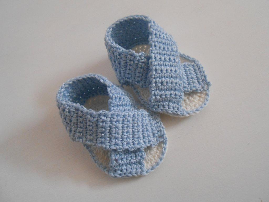 Sandalini  incrociati fatti a mano con cotone celeste e bianco, idea regalo.