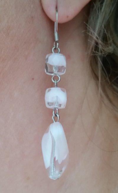 Orecchini pendenti con tre perline trasparenti screziate di bianco