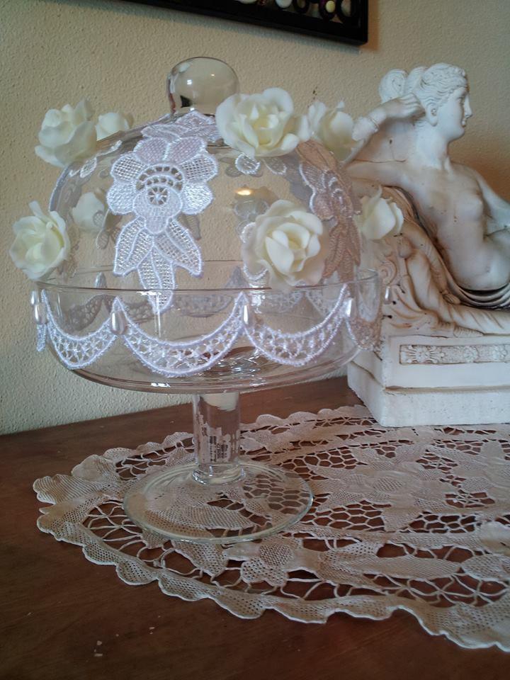 Alzatina in vetro decorata con rose in pasta di mais  e pizzo in macramè fatta a mano