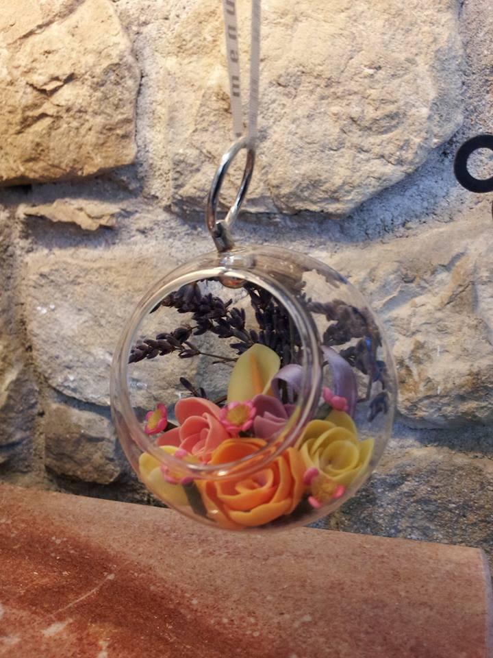 Palla in vetro decorativa con fiori in pasta di mais fatta a mano