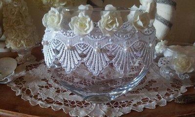 Vaso in vetro decorato con fiori fatti a mano
