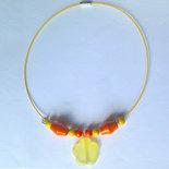 Collana girocollo gialla con perline di legno arancioni e gialle e ciondolo a fiore satinato, fatta a mano