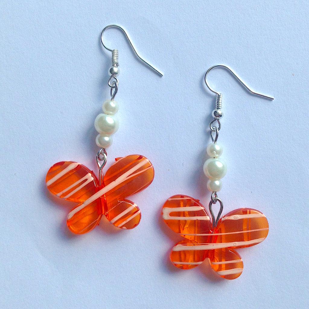 Orecchini pendenti estivi con farfalle arancioni e perle bianche, fatti a mano