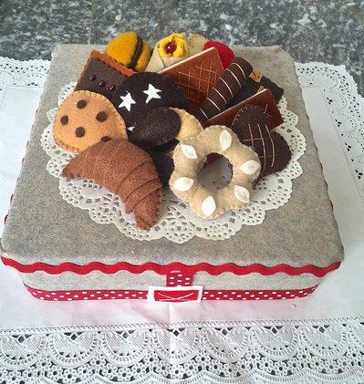 scatola di latta rivestita e decorata in feltro, con biscotti di feltro