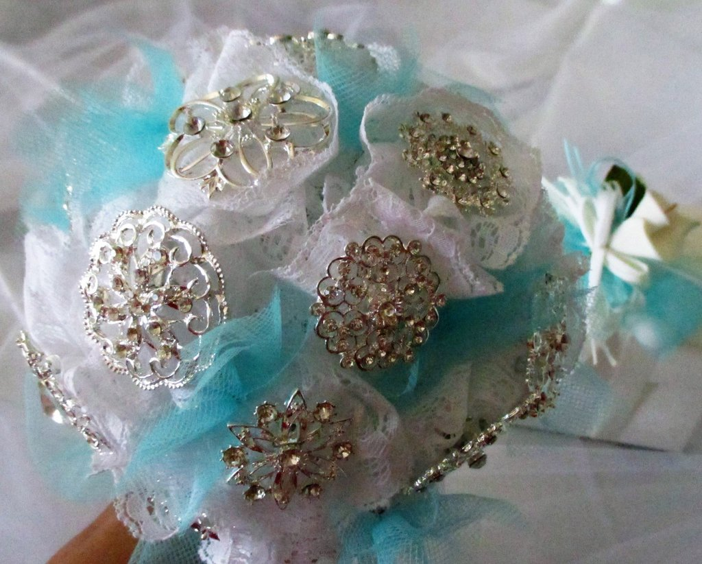 Bouquet sposa di spille e pizzo / Brooch wedding bouquet