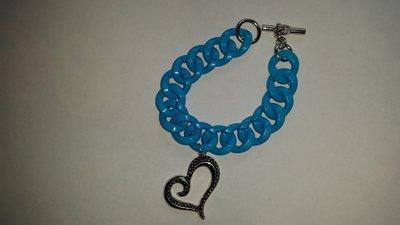 Bracciale con maglie di resina azzurre e con ciondolo cuore
