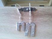 Orecchini piccoli pendenti in acciaio martellato