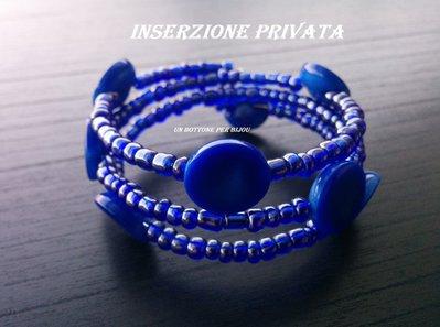 Inserzione riservata  Bracciale con  bottoni vintage in plastica bluelettrico e perline di vetro blu su filo armonico
