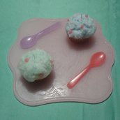 Vassoio di cera con cupcake e cucchiaini