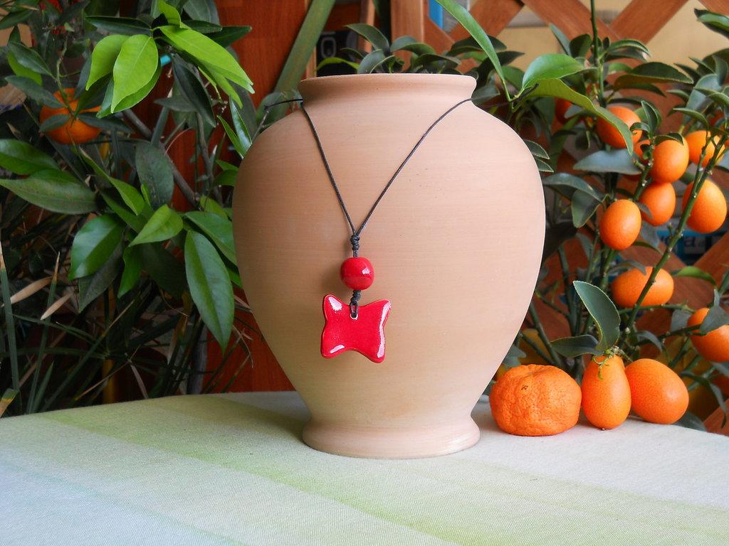 Collana con ciondolo in ceramica a forma di farfallina