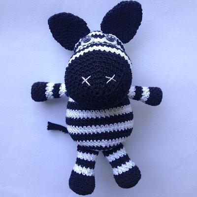 Zebra amigurumi bianca e nera fatta a mano all'uncinetto