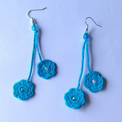 Orecchini pendenti con fiorellini azzurri e perline, fatti a mano all'uncinetto