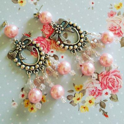 Orecchini chandelier fiocco con perline rosa e cristalli