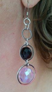 Orecchini pendenti con anelli metallici e due mezzi cristalli, lilla e nero