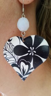 Orecchini pendenti a forma di cuore in metallo smaltato leggero e un mezzo cristallo bianco