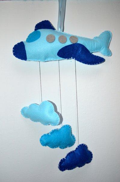 Fiocco nascita o decoro murale a forma di aeroplano con nuvolette