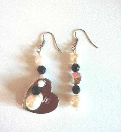 Coppia orecchini bianchi e neri con perle e cuoricino argento con scritta Love