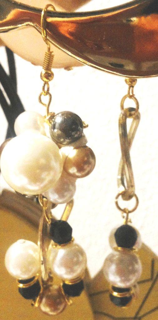 Coppia orecchini l'uno diverso dall'altro m stesso tema intreccio perle di 3 misure diverse perle nere sfaccettate e anelli metallo color oro