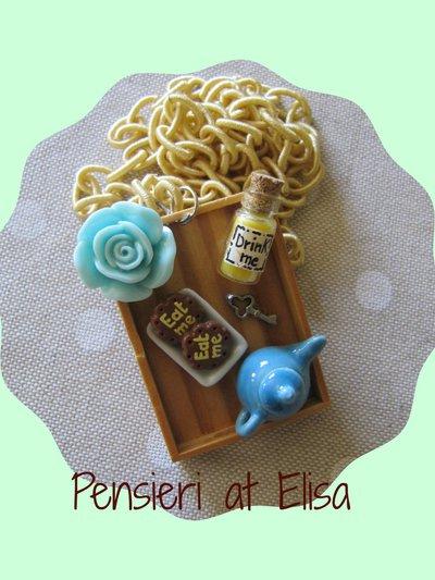 Collana vassoio legno grande Alice nel Paese delle meraviglie con biscotto eat me e bottiglia drink me