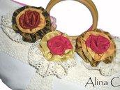 Flora, Borsa a mano in stoffa panna con fiori in tessuto e pizzo con manici in legno