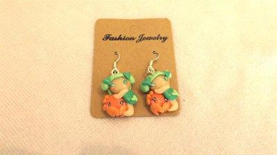 FIMO - kawaii - doll - LE FATE DEL MARE - PAIO ORECCHINI - fatina su granchio - verde arancio