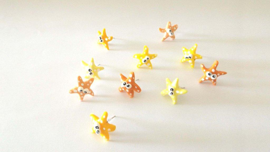 FIMO - kawaii -  UN PAIO ORECCHINI a PERNO  - il popolo del mare - stelle marine - giallo e arancio