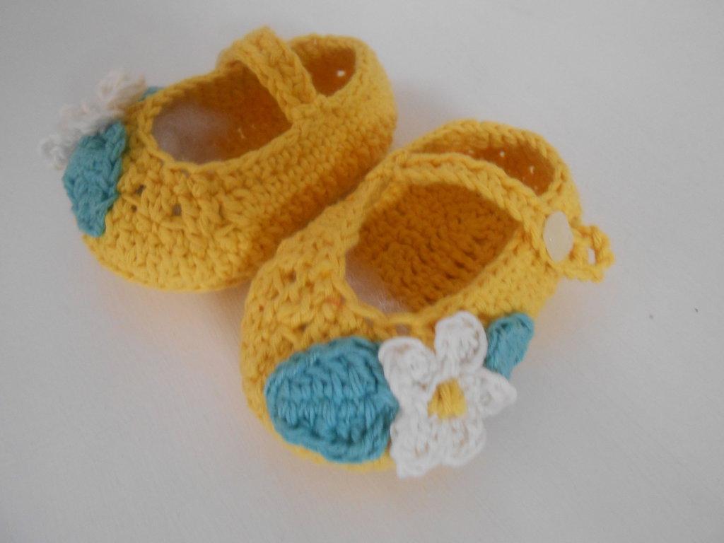 Scarpine  ballerine  estate in giallo con fiore bianco , idea regalo.
