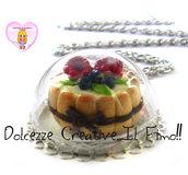 Collana dolce ai frutti di bosco in cupola di vetro con vassoio . kawaii miniature