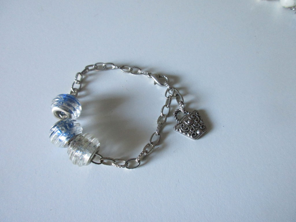 BRACCIALE catenella argentata, 3 perle vetro e charms in argento tibetano, fatto a mano
