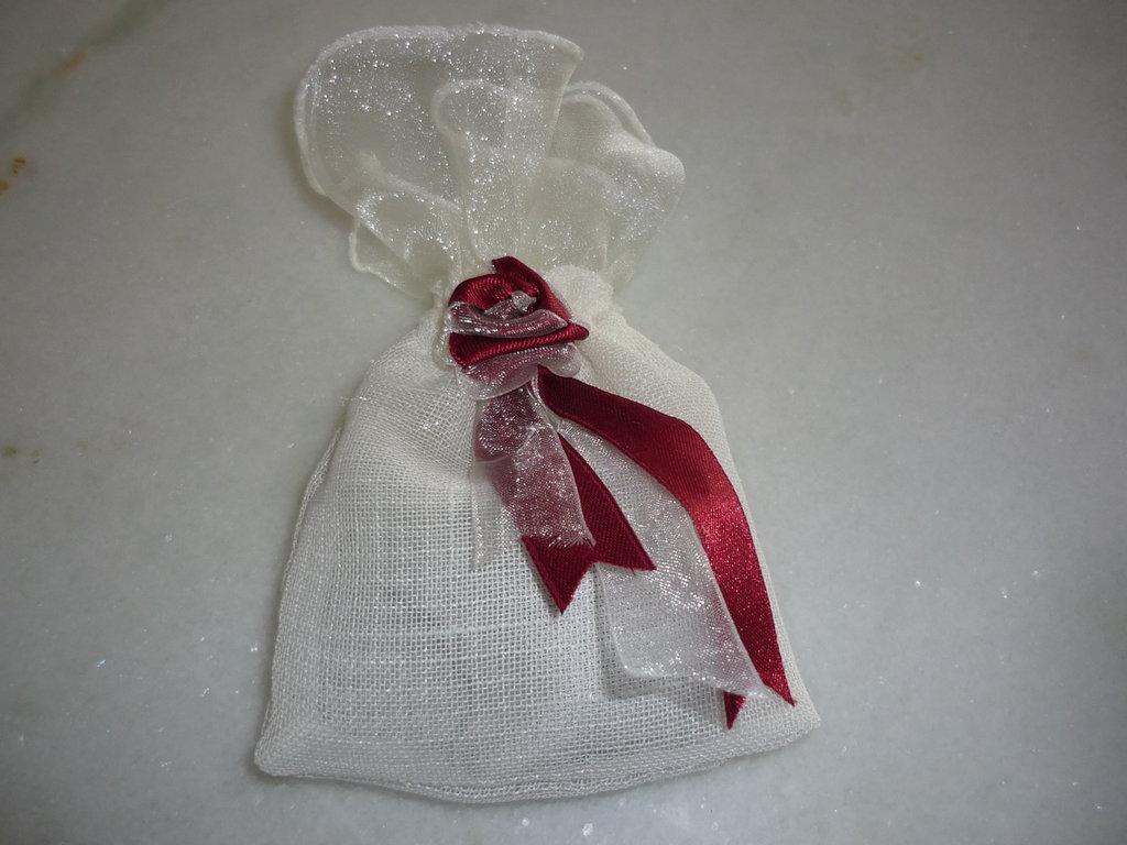 Sacchetto profuma biancheria in organza e rosa di raso bordeaux